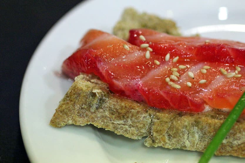 Salmón-marinado-sobre-pan-de-algas-y-mantequilla-de-anchoas