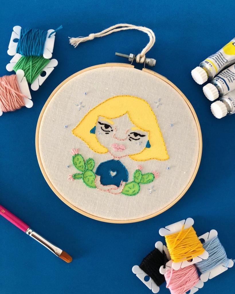 Arte-bastidor-bordado-a-mano-lienzo-algodon-gouache-dmc-ilustracion-mujer-corazon-moderna-estrellas-cactus-decoracion-paredes-salon-paulapordios-Paula-Molina