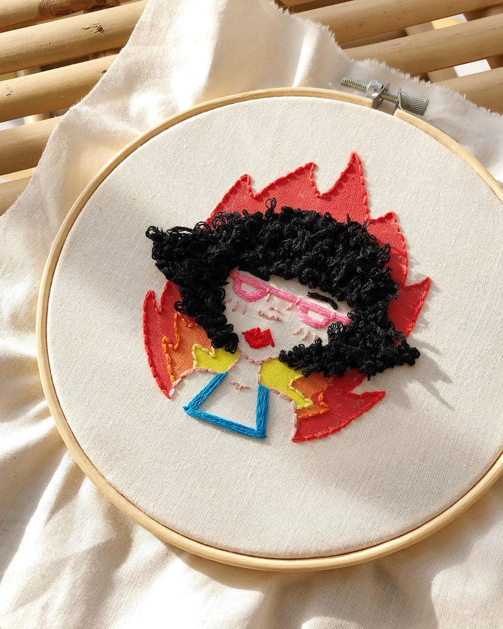 Bastidor-bordado-a-mano-hilo-algodon-gouache-colores-mujer-moderna-fuego-decoracion-actual-paulapordios - Paula Molina