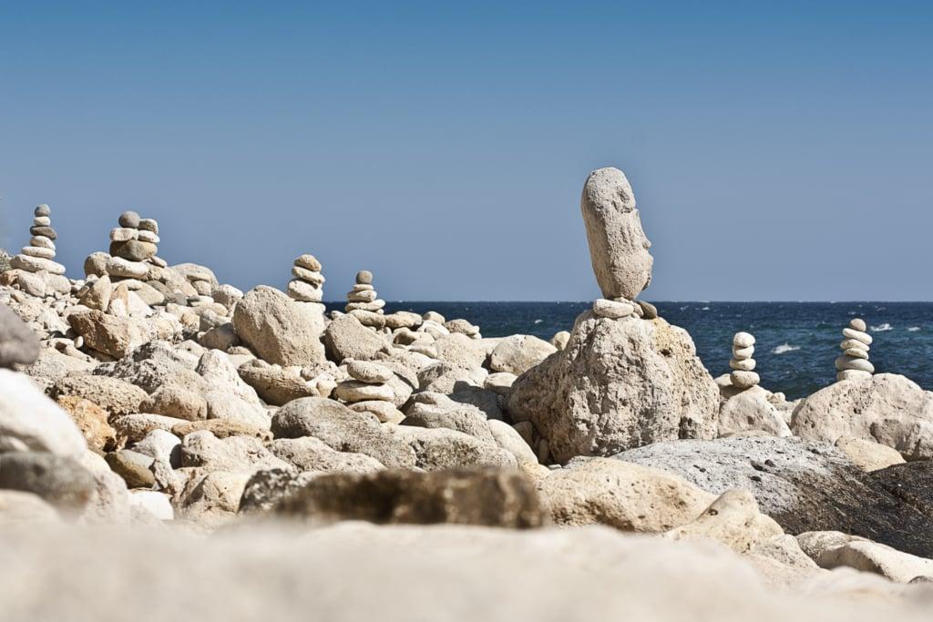 apilamiento de rocas en cala de San Pedro en Almería